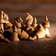"""""""Chcesz też wiedzieć, co nasza młódź… robi? Oto jedna w szulerskie zapuszcza się szachy…"""" – krótka historia królewskiej gry."""