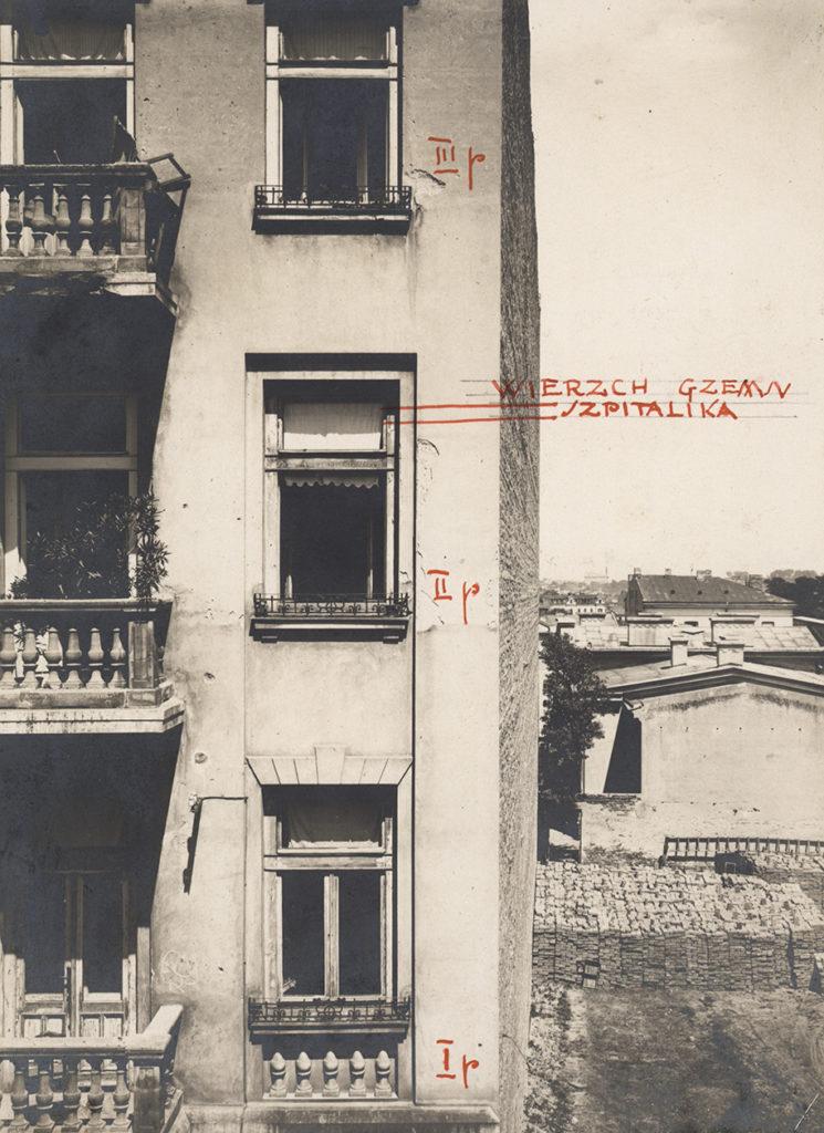 Budynek z sześcioma oknami i trzema balkonami