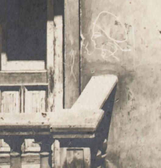 Fragment fotografii kamienicy przy ul. Karmelickiej 2
