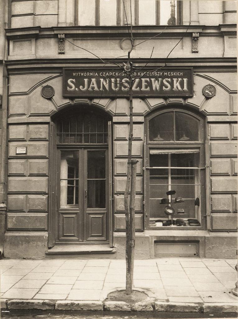 Front pracowni czapniczej i sklepu Stanisława Januszewskiego przy ul. Kapucyńskiej 2 w Lublinie