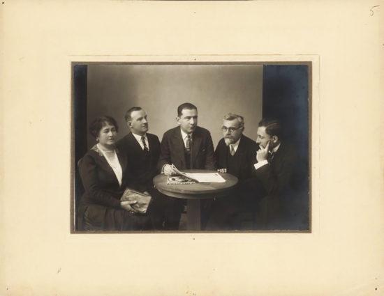 Zdjęcie przedstawiające pięć osób